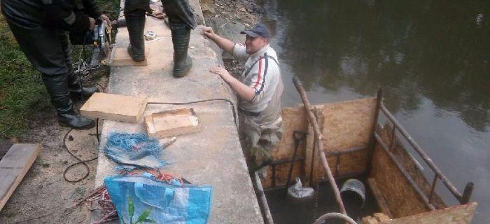 Remont ¶luzy na zbiorniku Lasek Wrzosowa