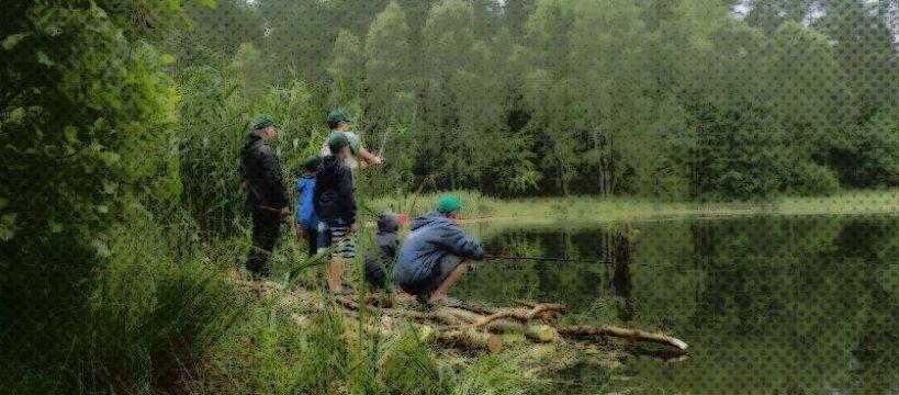Ojcowie z synami na rybach i survivalu